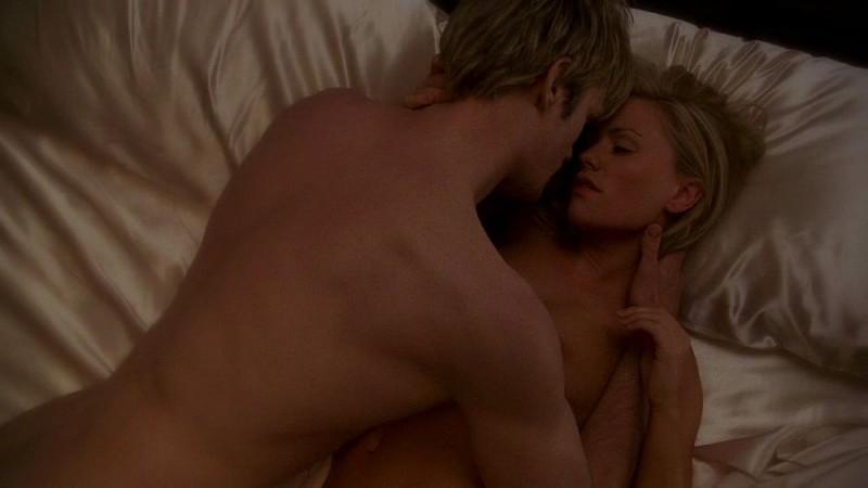 Il vampiro Eric (Alexander Skarsgård) e Sookie (Anna Paquin) fanno l'amore in una scena da sogno dell'episodio 'I Will Rise Up' della serie True Blood