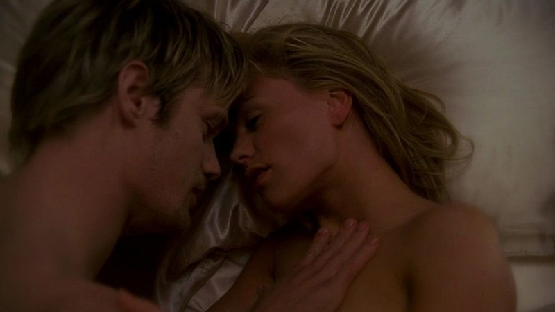 Il vampiro Eric (Alexander Skarsgård) e Sookie (Anna Paquin) in un'immagine dell'episodio 'I Will Rise Up' della serie True Blood