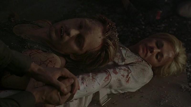 Il vampiro Eric (Alexander Skarsgård) e Sookie (Anna Paquin) in una scena dell'episodio 'I Will Rise Up' della serie True Blood