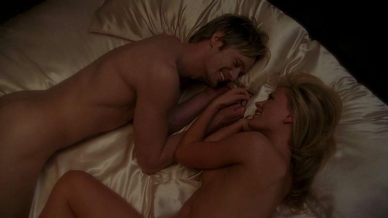 Il vampiro Eric (Alexander Skarsgård) e Sookie (Anna Paquin) si coccolano a letto nudi in una scena da sogno dell'episodio 'I Will Rise Up' della serie True Blood