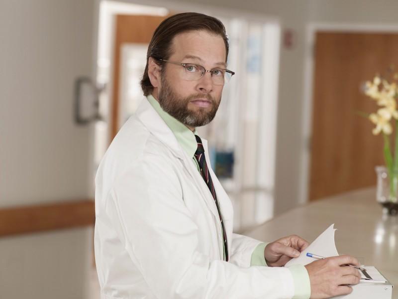James LeGros è il dottor Harris in una foto promozionale della serie NBC Mercy