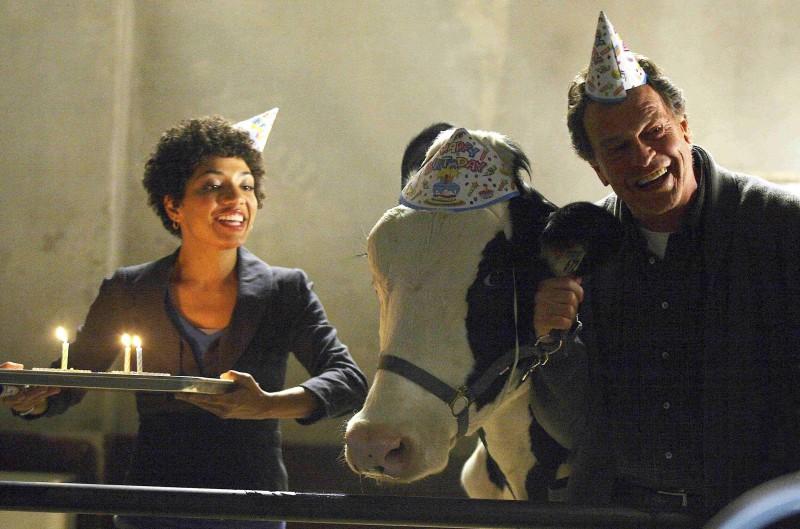 John Noble e Jasika Nicole con la mucca in una scena della premiere della stagione 2 di Fringe