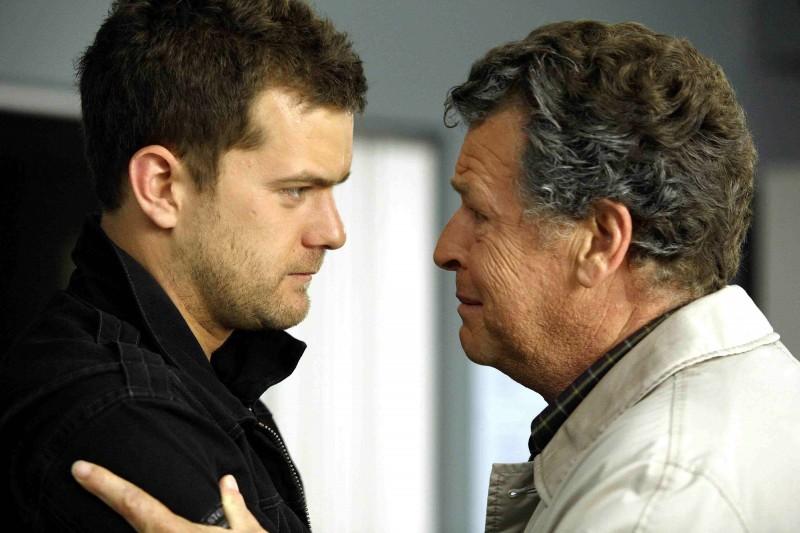 John Noble e Joshua Jackson in una scena dell'episodio A New Day in the Old Town di Fringe
