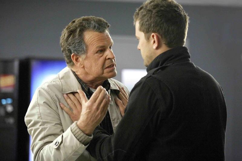 John Noble e Joshua Jackson in una scena della premiere della stagione 2 di Fringe