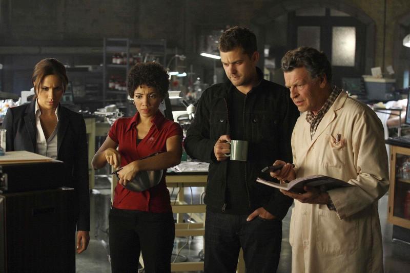 John Noble, Meghan Markle, Jasika Nicole e Joshua Jackson in una scena della premiere della stagione 2 di Fringe