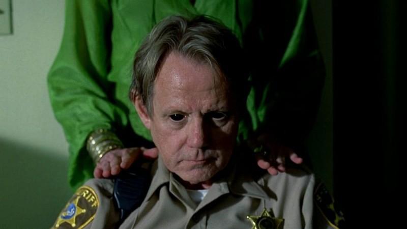Lo sceriffo Dearborne (William Sanderson) vittima dei poteri di Maryann in una scena dell'episodio 'I Will Rise Up' della serie tv True Blood