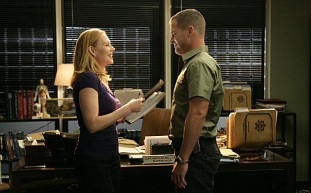 Marg Helgenberger e George Eads in una scena dell'episodio Family Affair di CSI