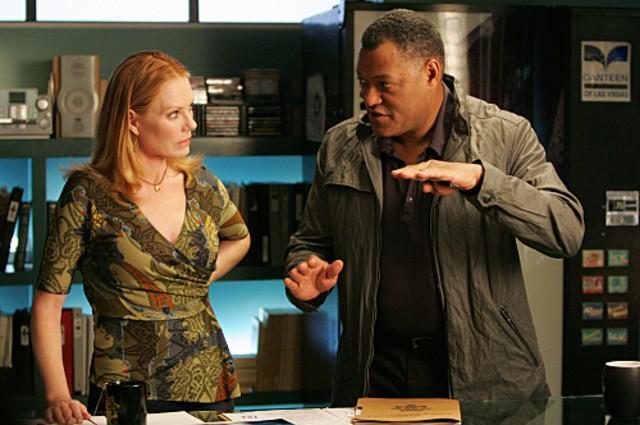 Marg Helgenberger e Laurence Fishburne in una scena dell'episodio Family Affair di CSI