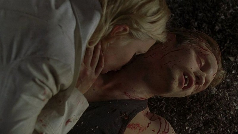 Sookie (Anna Paquin) succhia via l'argento dal corpo del vampiro Eric (Alexander Skarsgård) in una scena dell'episodio 'I Will Rise Up' della serie True Blood