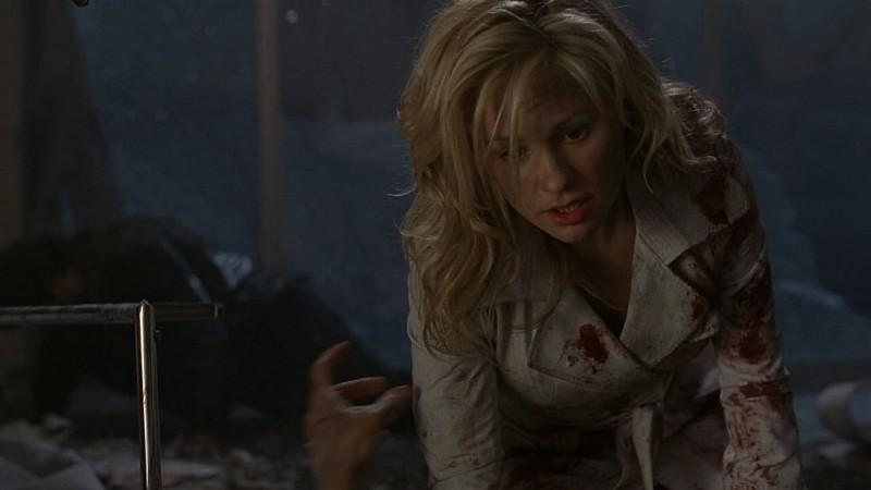 Sookie (Anna Paquin) tenta di aiutare il vampiro Eric in una scena dell'episodio 'I Will Rise Up' della serie tv True Blood