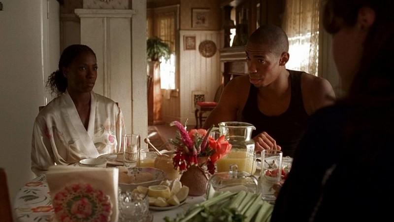 Tara (Rutina Wesley) ed Eggs (Mehcad Brooks) in una scena dell'episodio 'I Will Rise Up' della serie tv True Blood