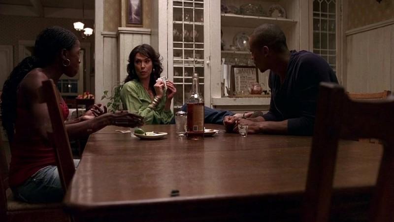 Tara (Rutina Wesley), Maryann (Michelle Forbes) ed Eggs (Mehcad Brooks) con Sam in versione mosca in una scena dell'episodio 'I Will Rise Up' della serie tv True Blood