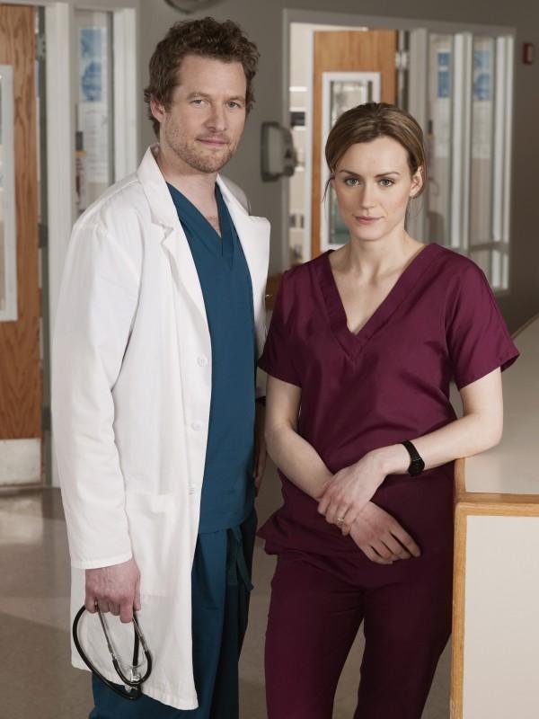 Taylor Schilling e James Tupper in una foto promozionale della serie NBC Mercy