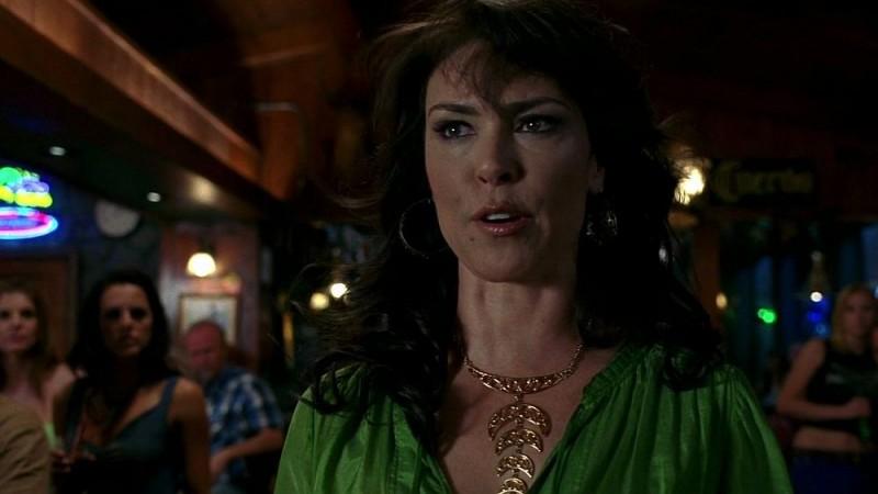 Una scatenata Maryann (Michelle Forbes) alla ricerca di Sam Merlotte in una scena dell'episodio 'I Will Rise Up' della serie tv True Blood