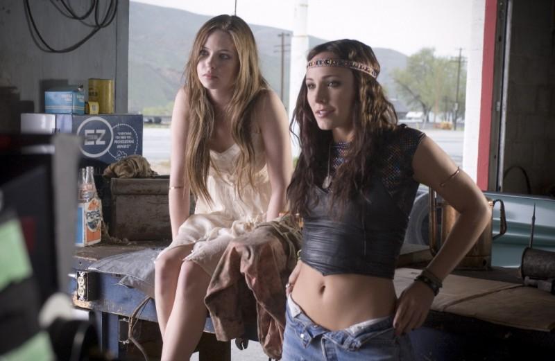 Daveigh Chase e Briana Evigan in una scena del film S. Darko
