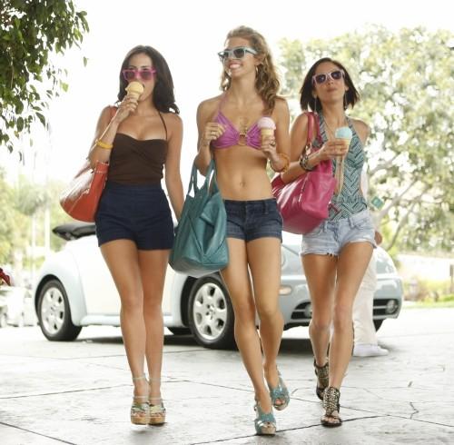 Jessica Lowndes, AnnaLynne McCord e Jessica Stroup in una scena dell'episodio To New Beginnings, premiere della stagione 2 di 90210