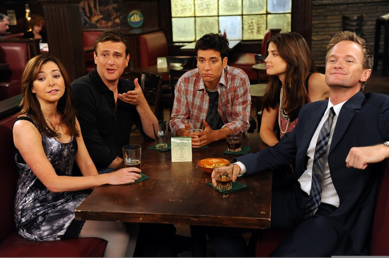 Josh Radnor, Jason Segel, Alyson Hannigan, Neil Patrick Harris e Cobie Smulders in una scena dell'episodio Definitions di How I Met Your Mother