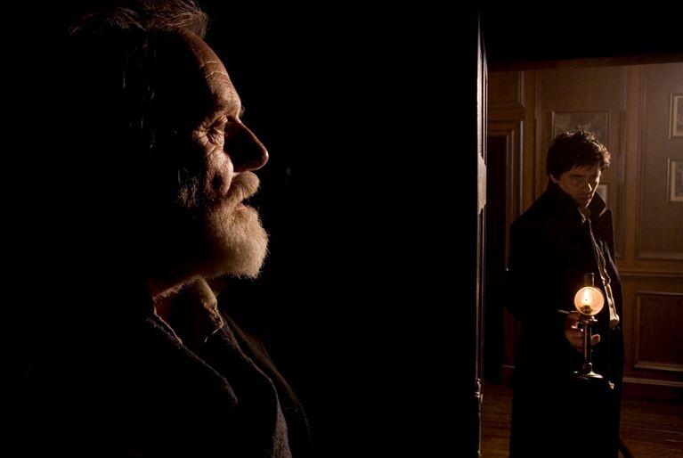 Anthony Hopkins e Benicio Del Toro in una scena di The Wolf Man