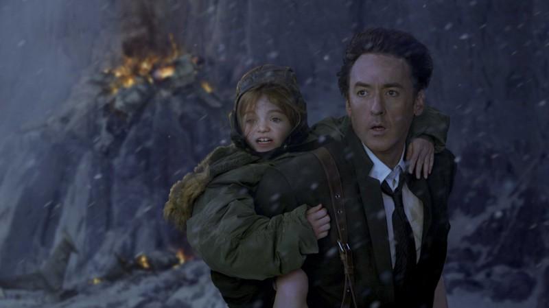 Morgan Lily e John Cusack in una scena del film 2012