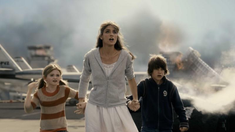 Morgan Lily, Amanda Peet e Liam James in una scena del film 2012