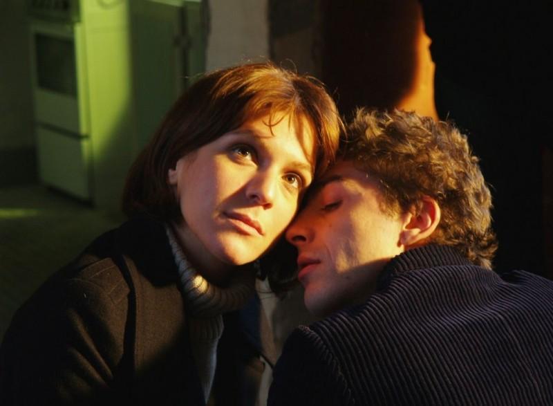 Isabella Ragonese e Michele Riondino in una scena del film Dieci inverni