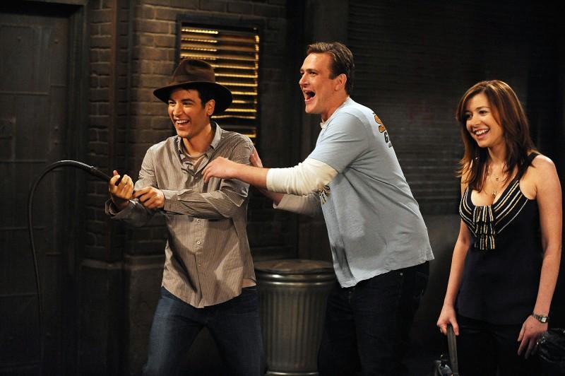 Josh Radnor nei panni di Indiana Jones, Jason Segel e Alyson Hannigan in una scena dell'episodio Definitions di How I Met Your Mother