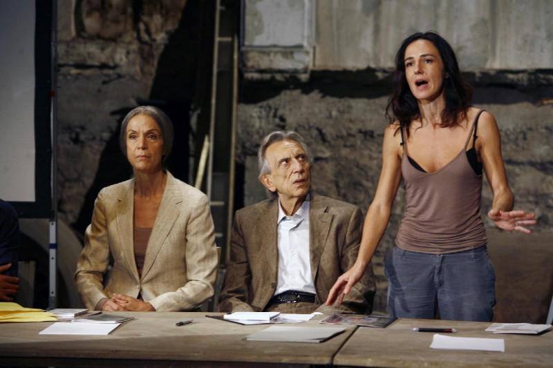 Lucia Poli, Roberto Herlitzka e Valentina Carnelutti in una scena del film Le ombre rosse