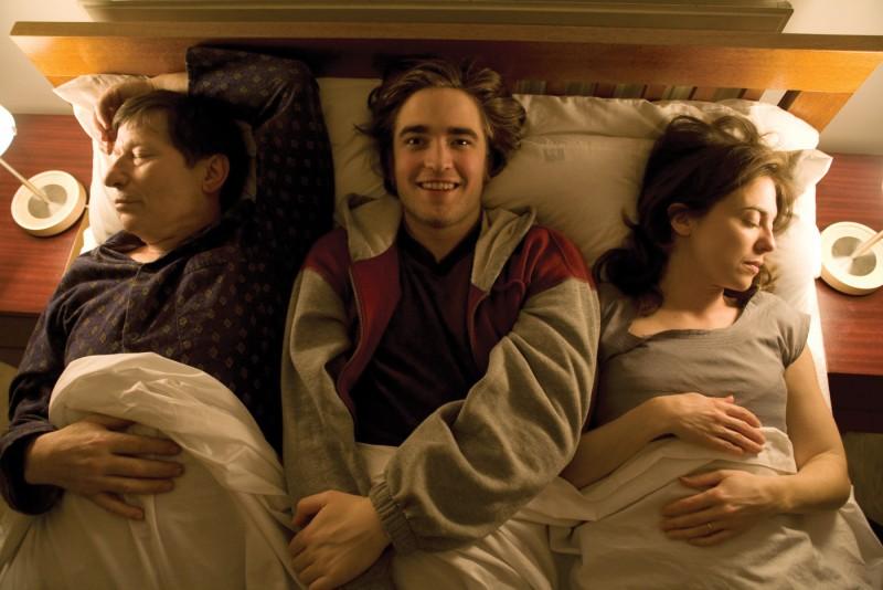 Michael Irving e Robert Pattinson in un'immagine del film How To Be
