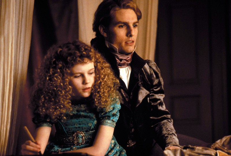 Lestat (Tom Cruise) con la piccola Claudia (Kirsten Dunst) in una scena del film Interview with the Vampire