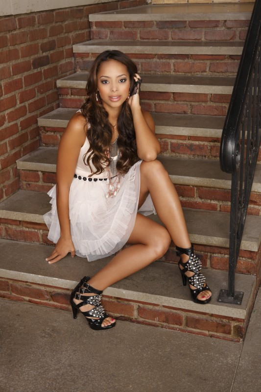 Amber Stevens in una immagine promozionale della stagione 3 di Greek - La confraternita