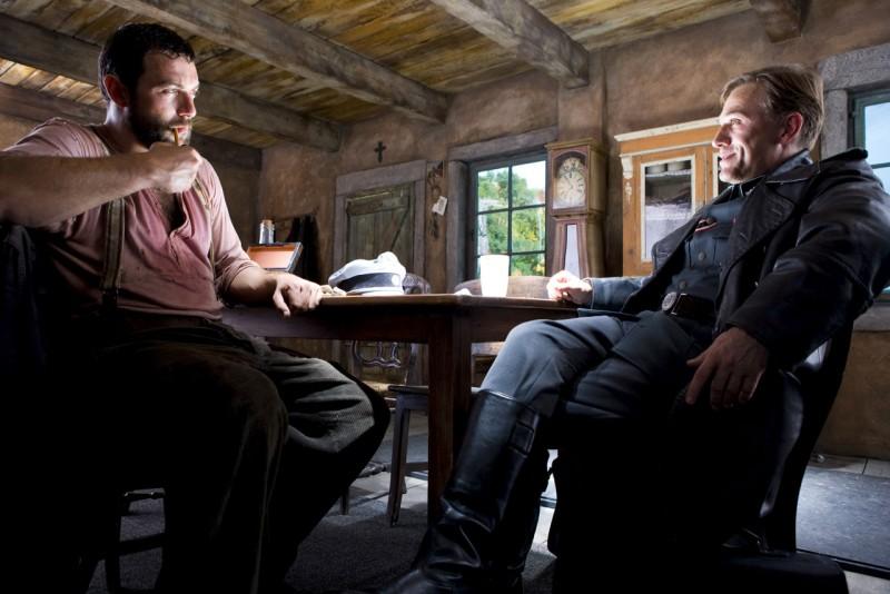 Denis Menochet e Christoph Waltz in una scena del film Bastardi senza gloria