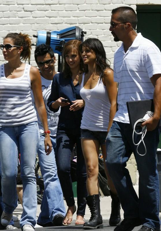 Jessica Alba sul set di Machete accanto a Michelle Rodriguez