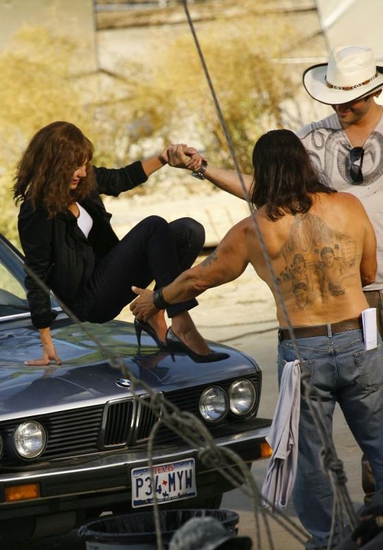 Jessica Alba sul set di Machete insieme a Danny Trejo e al regista Robert Rodriguez