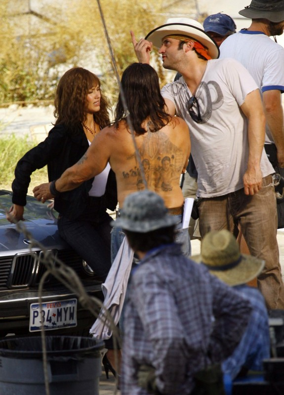 Jessica Alba sul set di Machete insieme a Danny Trejo e Robert Rodriguez
