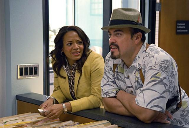 Lauren Velez e David Zayas in una scena della stagione 4 di Dexter