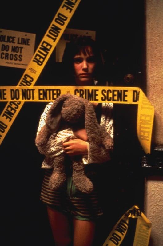 Natalie Portman è Matilda con il suo coniglio di peluches nel film Leon