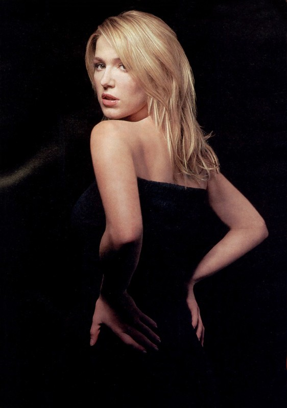Poppy Montgomery in una foto promozionale su sfondo nero