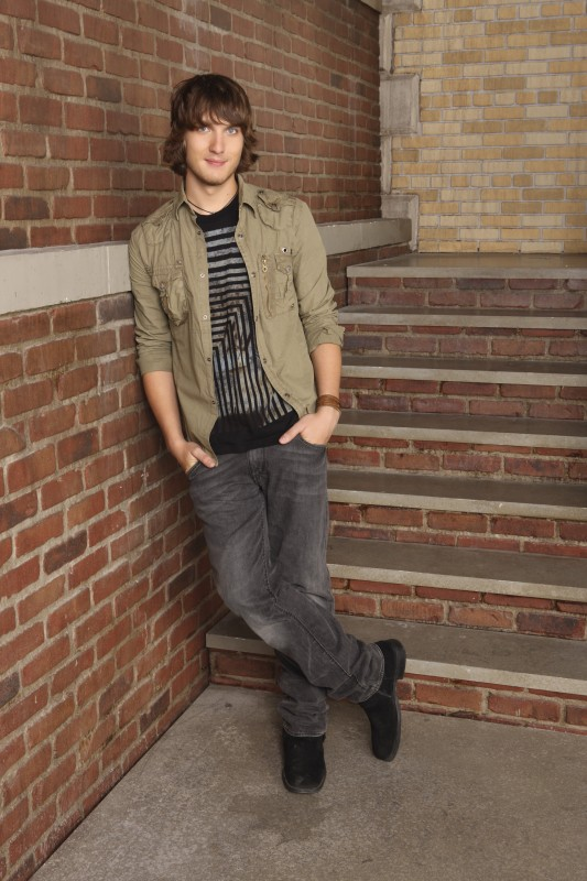 Scott Michael Foster in una immagine promozionale della stagione 3 di Greek - La confraternita
