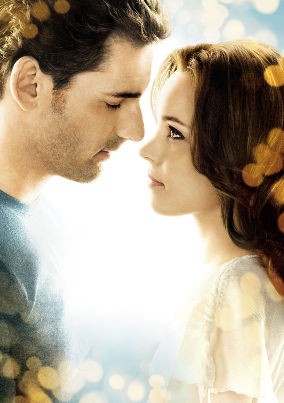 Una dolce immagine di Eric Bana e Rachel McAdams in una foto promo del film Un amore senza tempo