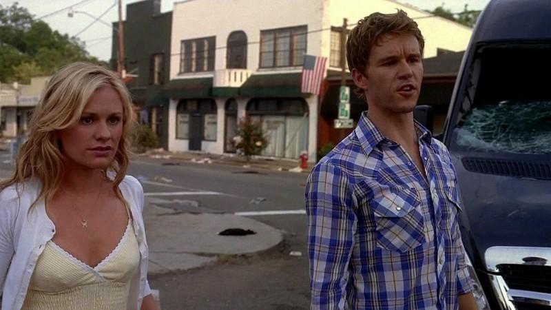 Al loro ritorno a Bon Temps, Sookie (Anna Paquin) e Jason (Ryan Kwanten) trovano una città in preda al delirio in una scena dell'episodio 'New World In My View' della serie True Blood