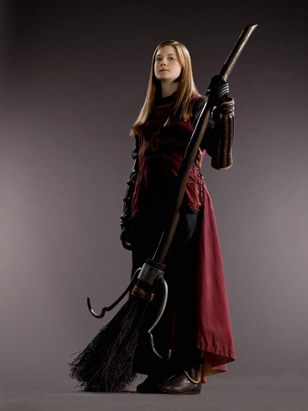 Bonnie Wright (Ginny Weasley) con la divisa da Quidditch per il film 'Harry Potter e il principe mezzosangue'