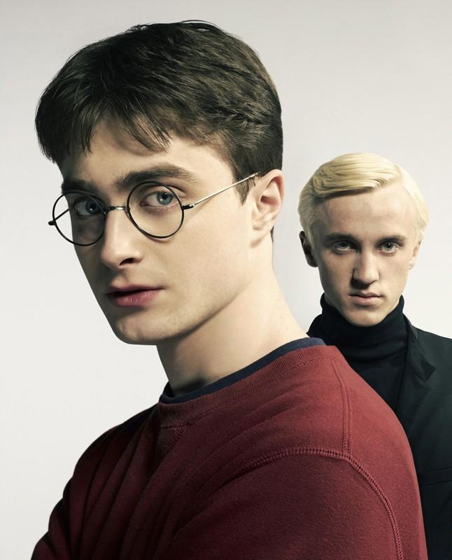 Harry Potter (Daniel Radcliffe) in primo piano con Draco Malfoy (Tom Felton) alle spalle in un'immagine promo del film 'Harry Potter e il principe mezzosangue'
