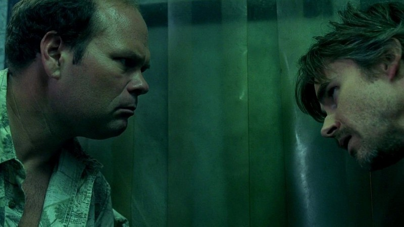 Il detective Andy Bellefleur (Chris Bauer) e Sam Merlotte (Sam Trammell) in trappola nella cella frigorifero del Merlotte in una scena dell'episodio 'New World In My View' della serie True Blood