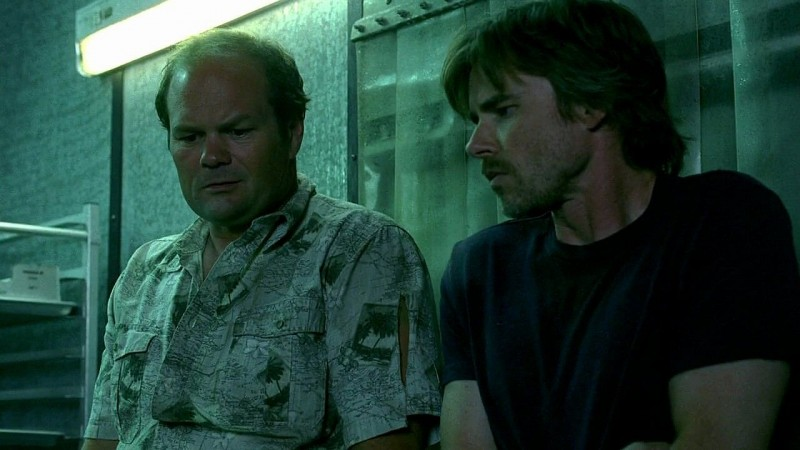 Il detective Andy Bellefleur (Chris Bauer) e Sam Merlotte (Sam Trammell) in una scena dell'episodio 'New World In My View' della serie True Blood