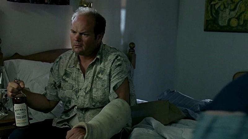 Il detective Andy Bellefleur (Chris Bauer) non molla la bottiglia in una scena dell'episodio 'New World In My View' della serie True Blood