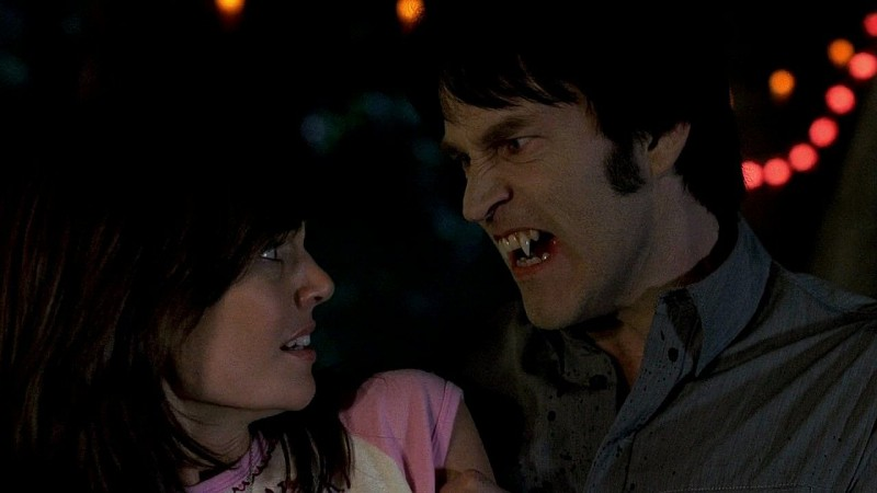Il vampiro Bill (Stephen Moyer) spaventa una cliente di Lafayette in una scena dell'episodio 'New World In My View' della serie True Blood