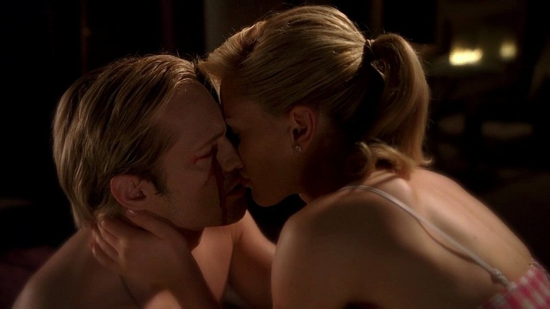 Il vampiro Eric (Alexander Skarsgård) e Sookie (Anna Paquin) si baciano in una scena dell'episodio 'New World In My View' della serie True Blood