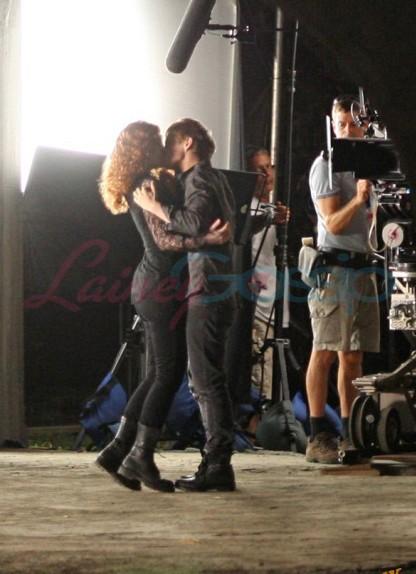le prime immagini dal set di Eclipse pubblicate dal sito Lainey Gossip - Bryce Dallas Howard e Xavier Samuel si scambiano un bacio