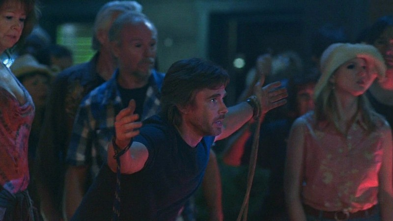 Sam Merlotte (Sam Trammell) si offre al 'Dio' Jason in una scena dell'episodio 'New World In My View' della serie True Blood