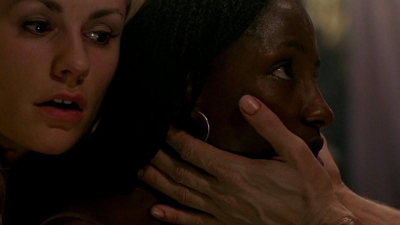 Sookie (Anna Paquin) e Tara (Rutina Wesley) finalmente tornata in sé in una scena dell'episodio 'New World In My View' della serie True Blood